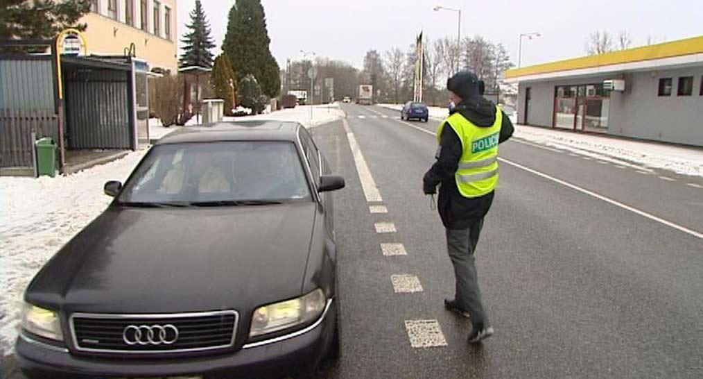 Policista při silniční kontrole