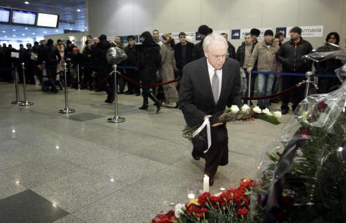 Americký velvyslanec John Beyrle klade květiny u místa výbuchu na letišti Domodědovo