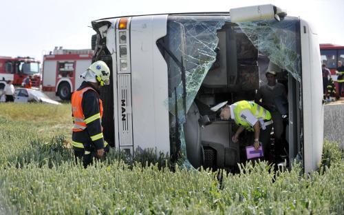 Převrácený autobus