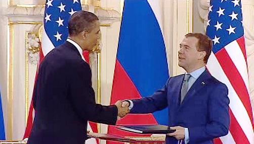 Barack Obama a Dmitrij Medvěděv po podpisu