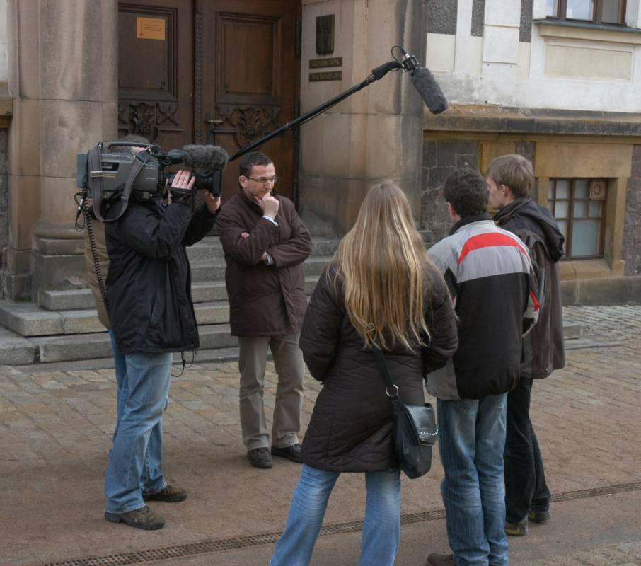 Štáb Zpráviček natáčí se studenty v Broumově