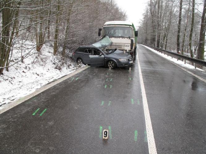 Srážka osobního a nákladního auta