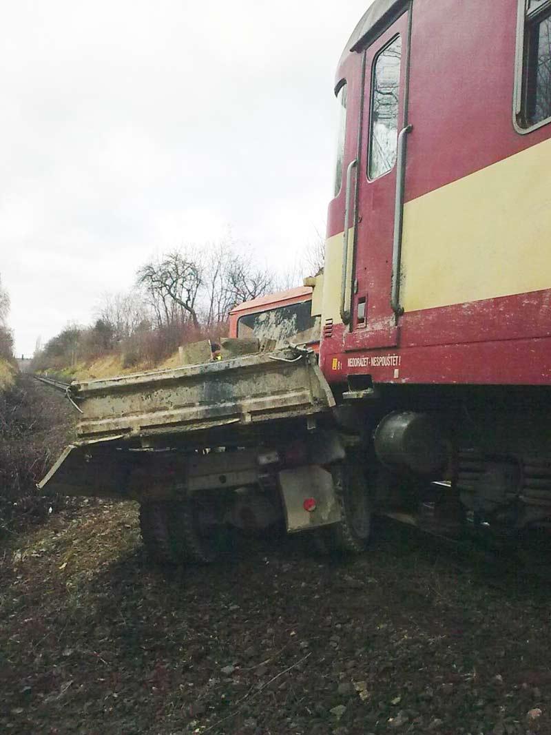Následky srážky vlaku s multikárou