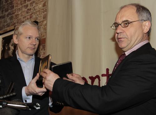 Assange přebírá od Elmera tajné bankovní informace