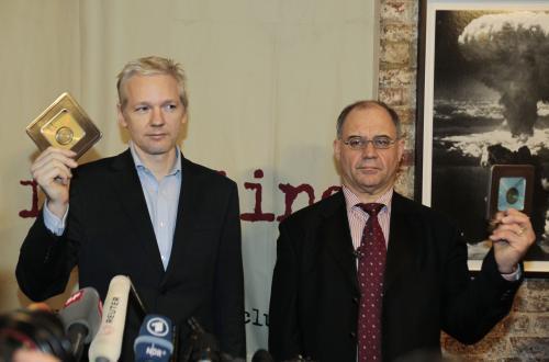 Julian Assange převzal od Rudolfa Elmera tajná bankovní data