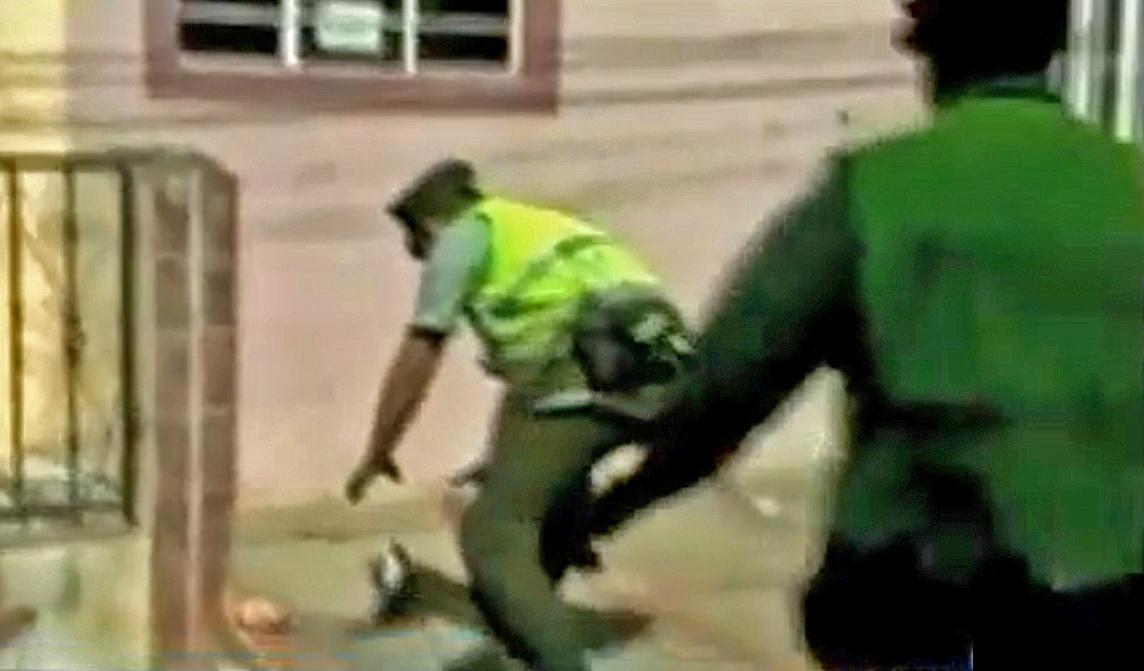Kolumbijští policisté chytají holuba s balíčkem drog