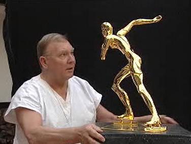Josef Nálepa se sochou Martiny Sáblíkové