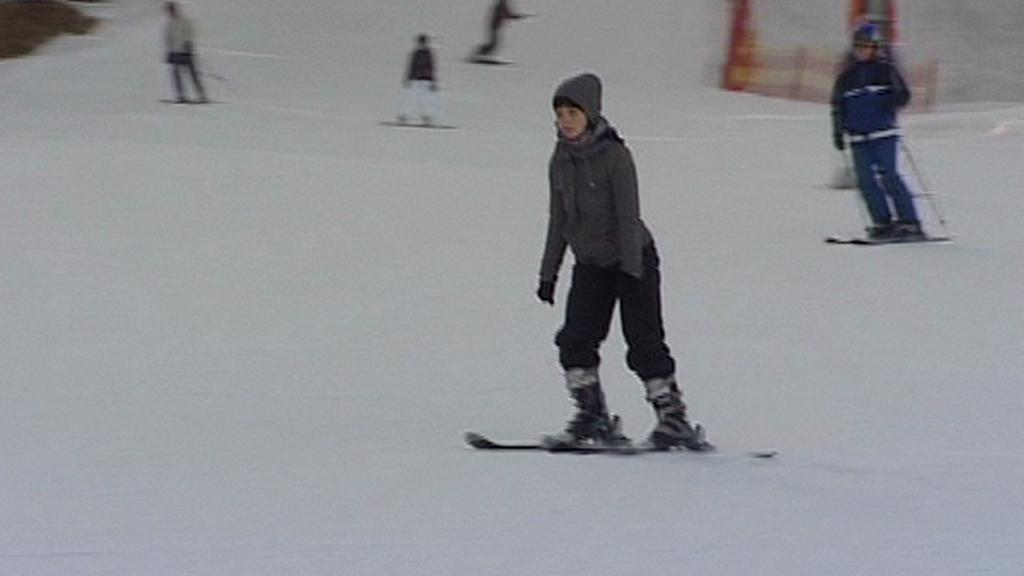 Malá lyžařka na svazích Krušných hor