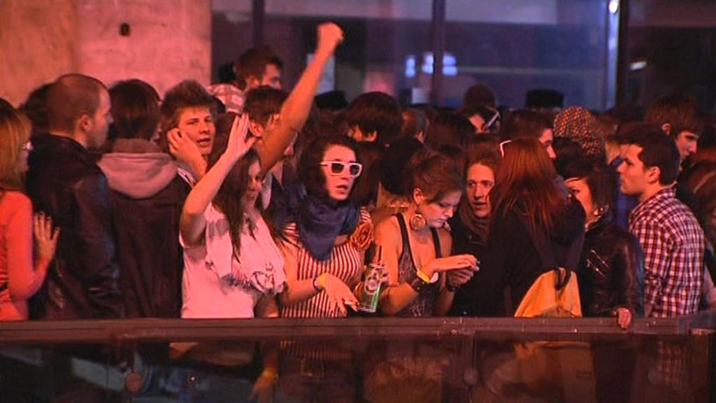 Lidé u budapešťského klubu West-Balkán