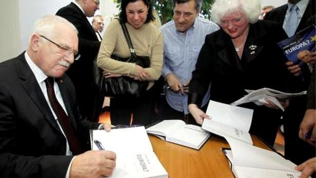 Václav Klaus podepisuje svou novou knihu Europa?