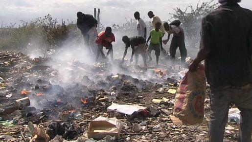 Haitské děti vybírají na skládce věci, které by mohly prodat
