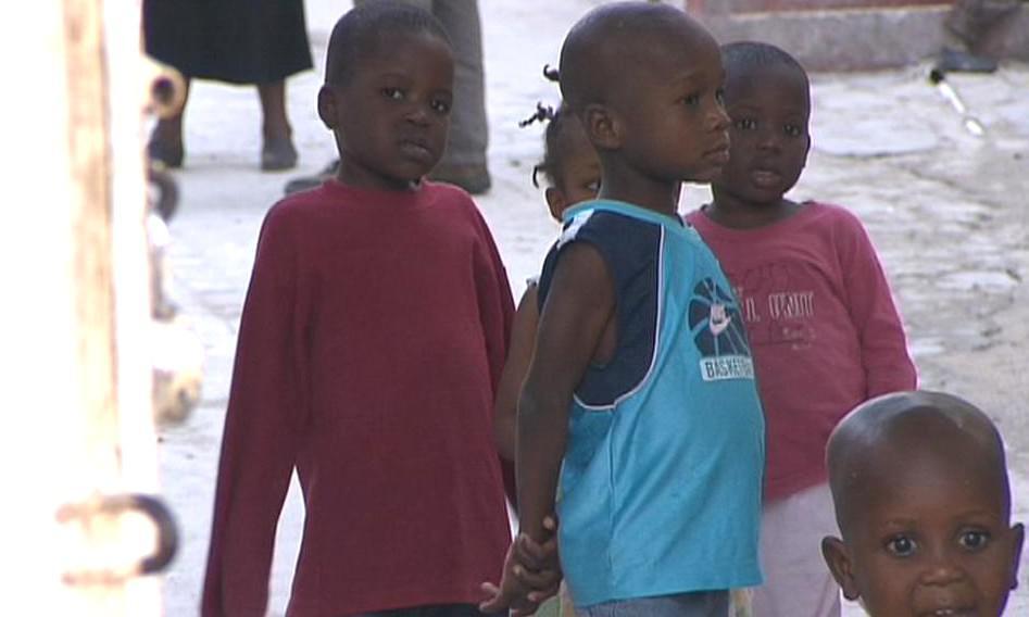 Na Haiti je každé sedmé dítě sirotek