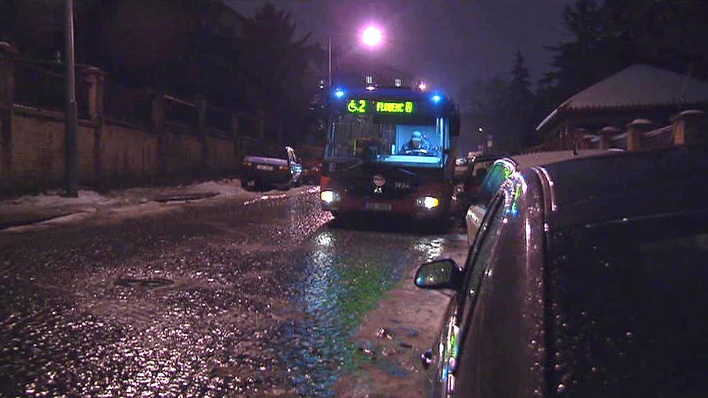 Autobus na silnici pokryté ledovkou