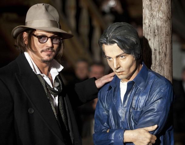 Johny Depp se svojí sochou v Drvengradu