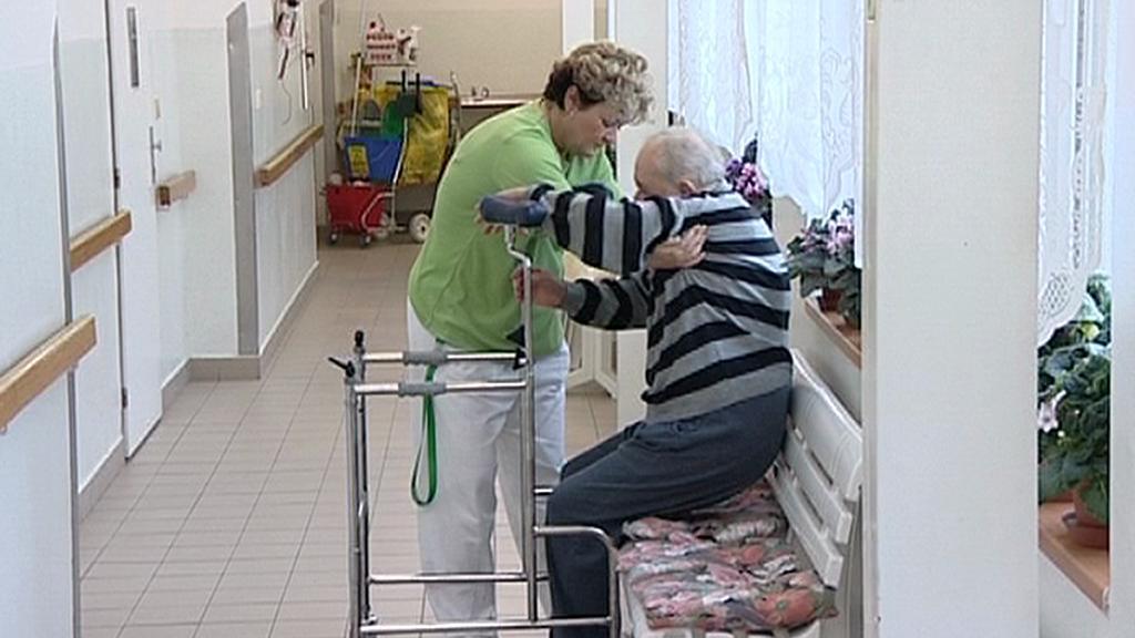 Senior v péči ošetřovatelky
