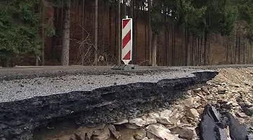 Rozpadlá silnice