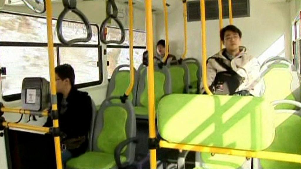 Cestující v elektrobusu