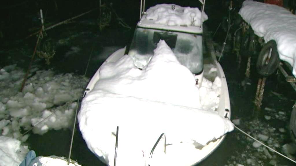 Lodě potopené pod těžkým sněhem