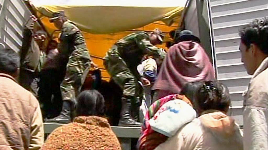 Bolivijci jezdí do práce vojenskými náklaďáky