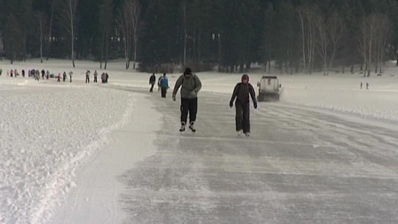 První bruslaři testují lipenskou ledovou dráhu