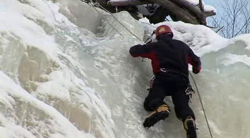 Horolezec zdolává ledovou stěnu