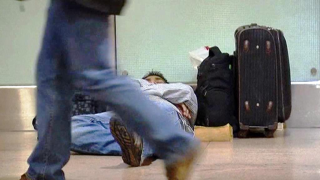 Cestující museli přenocovat na letištích