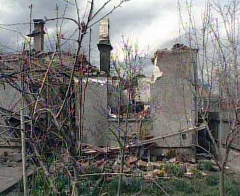 Vesnice zničená během občanské války v Kosovu