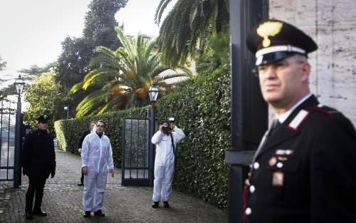 Italští Carabinieri před švýcarskou ambasádou