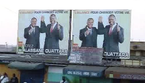 Alassan Ouattara na předvolebních plakátech
