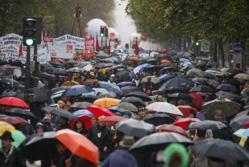 Francouzi demonstrující za deště