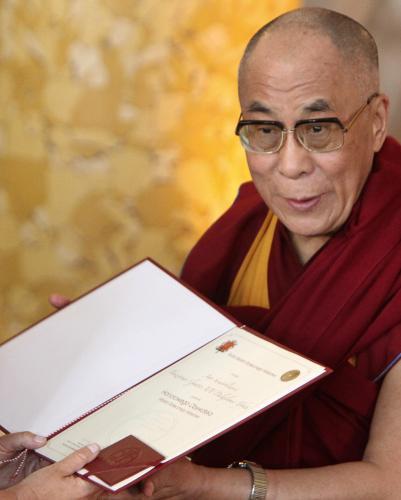 Dalajlama přebírá čestné občanství Varšavy