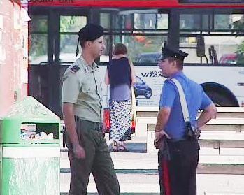 Italský policista a voják v ulicích Říma