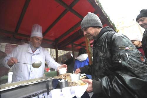 Pražský primátor při tradičním rozlévání polévky na Staroměstském náměstí