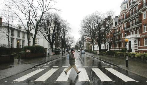 Slavný přechod přes londýnskou ulici Abbey Road