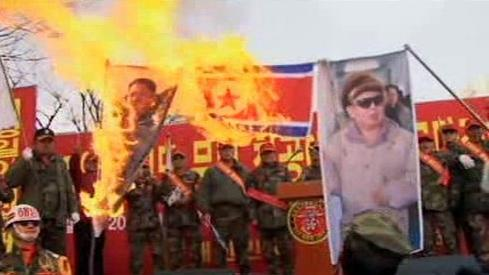 Jihokorejci pálí vlajku KLDR