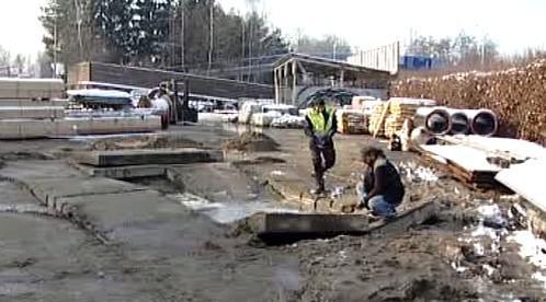 Pracovníci opravují vodovodní potrubí