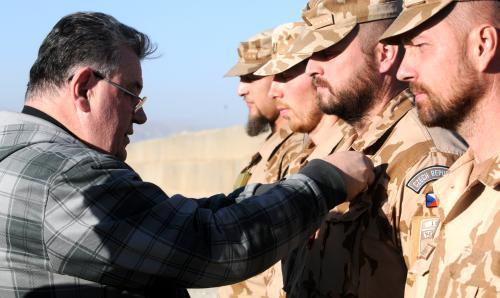 Dominik Duka vyznamenává vojáky v Afghánistánu