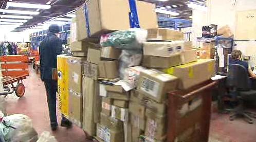 Pošta je před Vánocemi zahrnuta množstvím zásilek