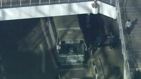 Útočník pobodal v tokijském autobusu 13 lidí