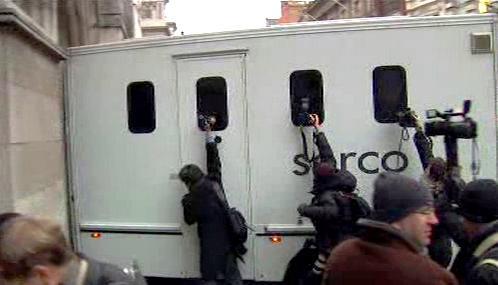 Julian Assange přijíždí k londýnskému soudu