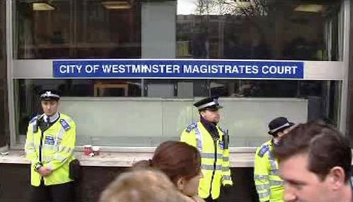 Policie před budovou londýnského soudu