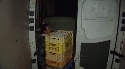 Řidič vykládá potraviny z vozu
