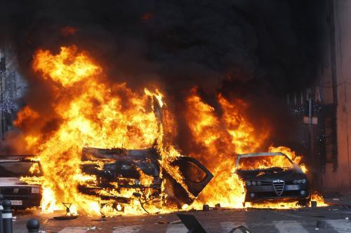 Hořící auta po střetech mezi italskými studenty a policií
