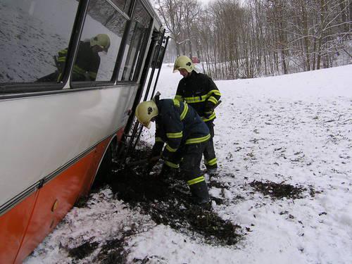 Hasiči vyprošťují havarovaný autobus