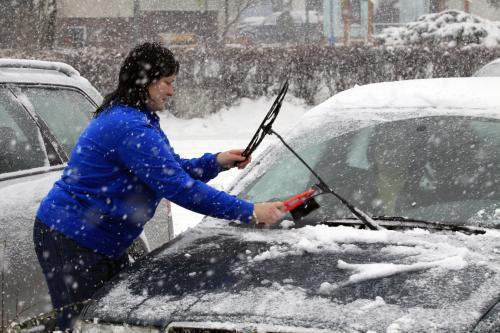 Odklízení sněhu z auta