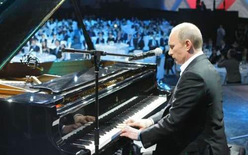 Vladimir Putin hraje na klavír