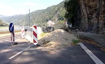 Padající skála brání v silničním spojení