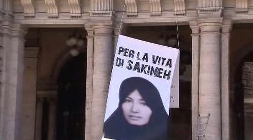 Portrét Sakíne Aštíaníové na budově italského ministerstva