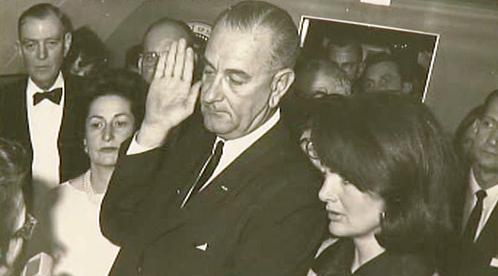 Viceprezident Lyndon Johnson skládá prezidentskou přísahu
