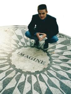 Mozaika připomínající Lennona